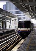 Sky train at platform — Stock Photo