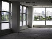 办公室内部与玻璃墙 — 图库照片