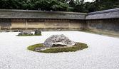 Ryoanji temple.in een tuin vijftien stenen op wit grind. kyoto — Stockfoto