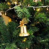 рождественская елка с золотой колокол. — Стоковое фото