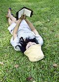 Młoda kobieta, czytanie książki w parku — Zdjęcie stockowe