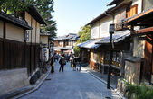 KYOTO, JAPAN - OCT 21 2012: Tourists walk on a street leading to — Stock Photo