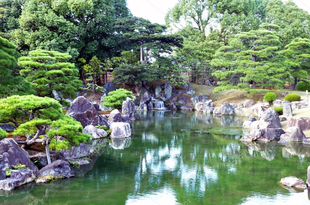giardino con laghetto in stile giapponese foto stock