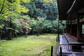 японский сад в районе кото в храм - киото, япония — Стоковое фото