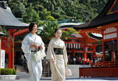 KYOTO, JAPAN - OCT 23 2012: Japanese girls at Fushimi Inari Shri — Stock Photo