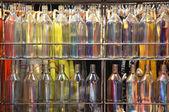 Wielu kolorowych butelek — Zdjęcie stockowe
