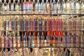 Bakgrund av många färgstarka glasflaskor — Stockfoto