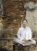 Donna in meditazione nel tempio — Foto Stock
