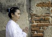 Donna asiatica saluta nel tempio, sawasdee — Foto Stock
