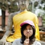 Beautiful young girl and buddha at Wat Yai Chai Mongkol Temple — Stock Photo