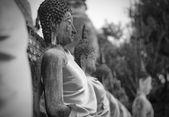 Antiche statue del buddha al wat yai chai mongkol, ayutthaya, thail — Foto Stock