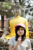 Piękna dziewczyna i buddy w świątyni wat yai chai mongkol — Zdjęcie stockowe