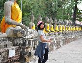 Piękna kobieta azji i buddy w świątyni wat yai chai mongkol — Zdjęcie stockowe