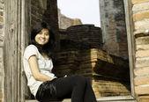 ワット ・ maheyong 寺の美しい若い女の子です。アユタヤ - タイ — ストック写真