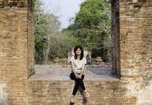 Schöne frau am wat maheyong tempel, provinz ayutthaya, thai — Stockfoto