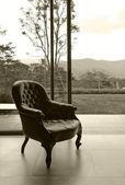 Vintage lederen stoel in kamer, sepia verwerkt — Stockfoto