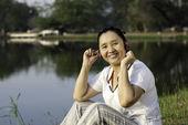Escuchar música hermosa mujer asiática — Foto de Stock