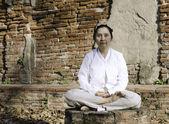 Mujer budista meditando — Foto de Stock