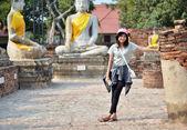 Asiatisk kvinna och buddha vid wat yai chai mongkol tempel. ayutthaya — Stockfoto