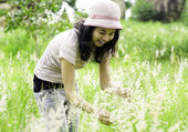 Giovane donna bruna sul prato — Foto Stock
