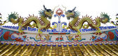 Colorful dragon statue on roof of temple — Stock Photo