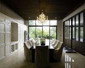 Interior da sala de jantar com vista para o jardim — Foto Stock
