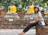 Beautiful girl and buddha at Wat Yai Chai Mongkol Temple. Ayutth — Foto de Stock