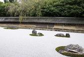Famoso giardino zen del tempio ryoan-ji a kyoto — Foto Stock