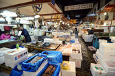 TOKYO - NOV 26: Seafood vendors at the Tsukiji Wholesale Seafood and Fish Market in Tokyo Japan — Stock Photo