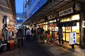 TOKYO - NOV 26: Shoppers visit Tsukiji Fish Market — Stock Photo