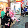TOKYO - NOV 24 2013: Japanese girls in cosplay outfit gather around Harajuku train station in Tokyo — Foto de Stock