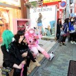 TOKYO - NOV 24 2013: Japanese girls in cosplay outfit gather around Harajuku train station in Tokyo — Stok fotoğraf