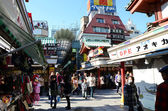 TOKYO, JAPAN - NOV 21 : Nakamise shopping street in Asakusa, Tokyo — ストック写真