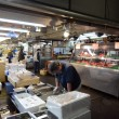 TOKYO - NOV 26: Seafood vendors at the Tsukiji Wholesale Seafood — Stock Photo