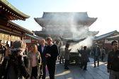 TOKYO, JAPAN - NOV 21: Buddhists gather around a fire to light incense and pray at Sensoji Temple — Foto Stock
