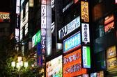 Tokyo, japonya - 23 kasım 2013: neon ışıkları shinjuku bölgesinde — Stok fotoğraf