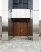 Puerta de madera del edificio moderno — Foto de Stock