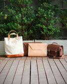 Bolsas de couro moda, fundo de natureza — Fotografia Stock