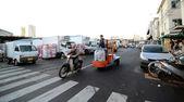 TOKYO - NOV 26: Shoppers visit Tsukiji Fish Market — 图库照片