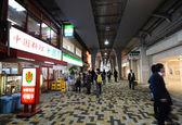 TOKYO, JAPAN - NOV 26: Passengers visit retail shops — Stock Photo