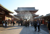 TOKYO, JAPAN - NOV 21: Buddhists gather around a fire to light incense and pray at Sensoji Temple — Stock Photo