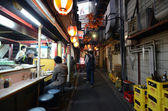 TOKYO,JAPAN - NOVEMBER 23: Narrow pedestrian street known as Yakatori alley(Omoide Yokocho) — Stock fotografie