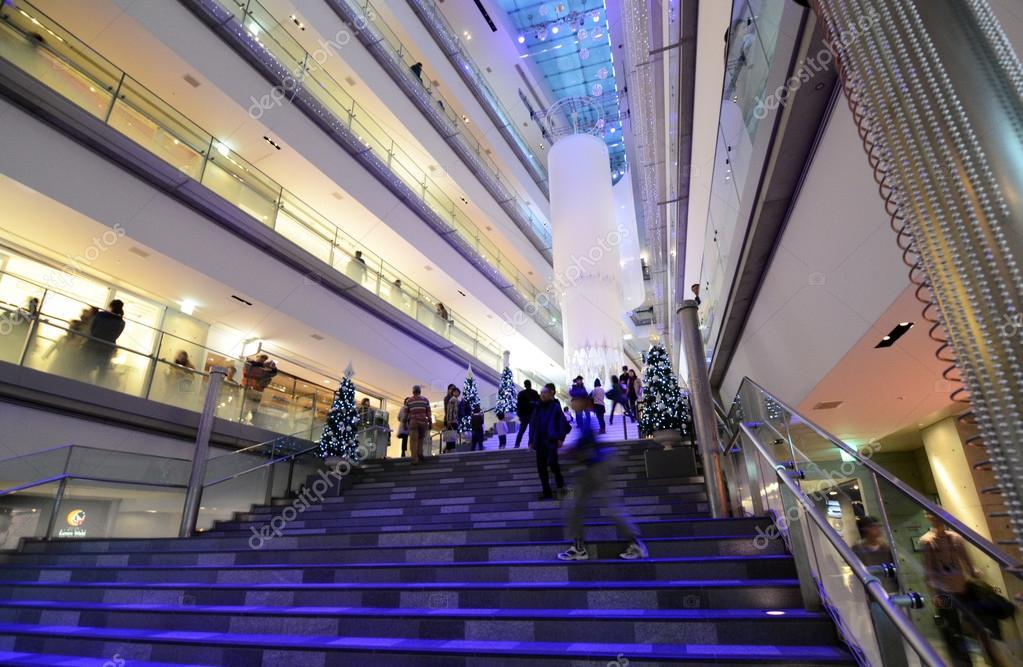 도쿄 11 월 24 일 오모테산도 힐즈에서 쇼핑 하는 사람들 스톡 사설전용 사진