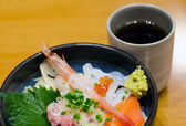 Japanese style raw seafood rice with tea — Stock Photo