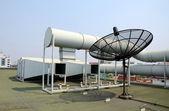 Acondicionador de aire industrial y antena parabólica — Foto de Stock
