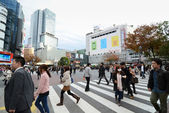 TOKYO - NOVEMBER 28: Crowds of people crossing the center of Shibuya — Stock fotografie