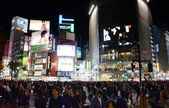TOKYO - NOVEMBER 28: Pedestrians at the famed crossing of Shibuya — Stock Photo