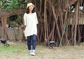 Young fashion girl with handbag — Stock Photo