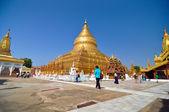 NZAUNG-U, MYANMAR - October 9: Tourists sightseeing The Shwezigon Pagoda — Stock Photo