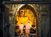 MANDALAY, MYANMAR - OCTOBER 9: The ritual of daily face washing Mahamuni Buddha at Mahamuni pagoda — Stock Photo